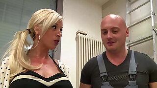 Die blonde Sekretaerin vom Trockenbauer ordentlich gebumst